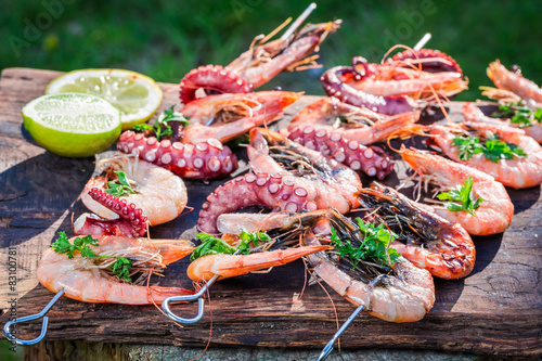 Poster Coquillage Tasty grilled skewers of seafood with lemon and parsley