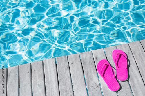 Fotografía Pink flip flops by the swimming pool