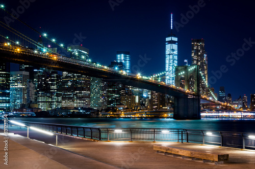 Foto op Plexiglas New York TAXI Brooklyn Bridge, Downtown Manhattan, New York. Night scene. Light trails. City lights. Urban living and transportation concept