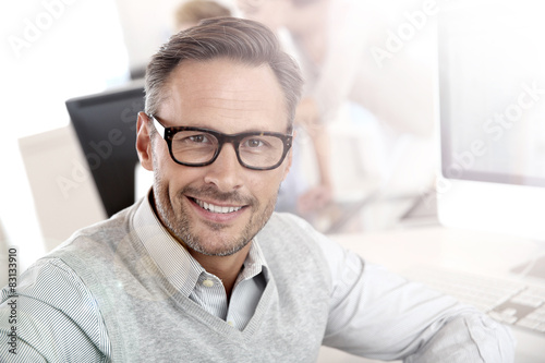 obraz lub plakat Portret uśmiechnięta biznesmen z okularów
