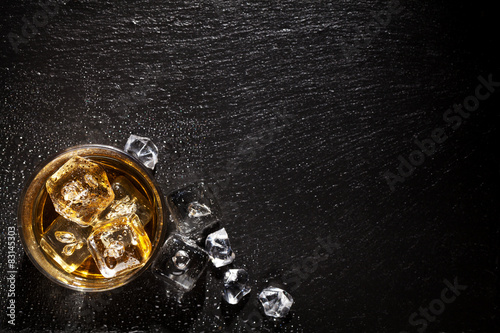 Deurstickers Alcohol Glass of whiskey with ice