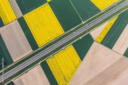 widok-z-lotu-ptaka-autostrady-i-zielone-pola-zbiorow