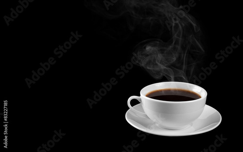 Photo sur Toile Cafe A cup of hot coffee isolated on a black background. steam