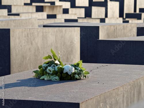 Fotografie, Obraz  Holocaust-Mahnmal - Blumen