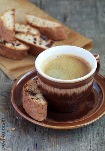 Foto op Plexiglas Chocolade Cup of coffee and a handful of homemade biscotti with chocolate
