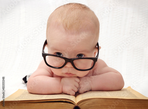 Photo  close-up of adorable baby in glasses