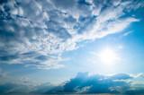 Niebo, słońce i chmury