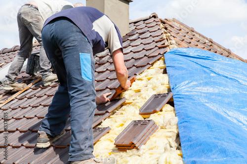 Obraz na plátně le couvreur pose les tuiles sur le toit