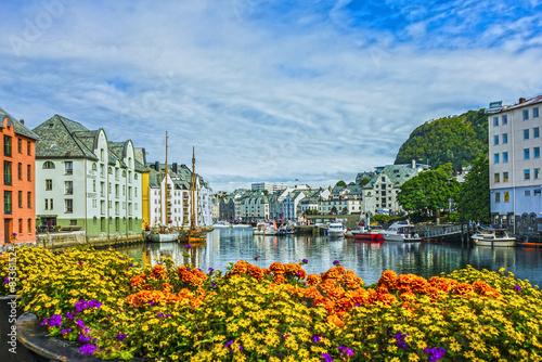 Foto auf AluDibond Stadt am Wasser Seafront of town and sea port Alesund, Norway.
