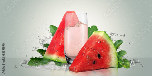 Photo Juicy watermelon with a glass of watermelon juice.