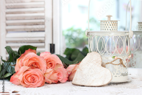 Motiv-Klemmrollo - Beautiful bouquet of peach roses in shabby style on a mirror bac (von Alina G)