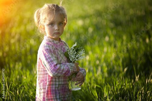 Fototapeta Mała dziewczynka z wazonem konwalii obraz