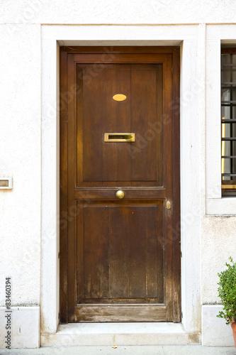stare-masywne-drewniane-drzwi-wenecja-wlochy