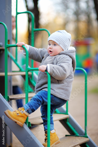 Spoed Foto op Canvas Gymnastiek Toddler boy on playground