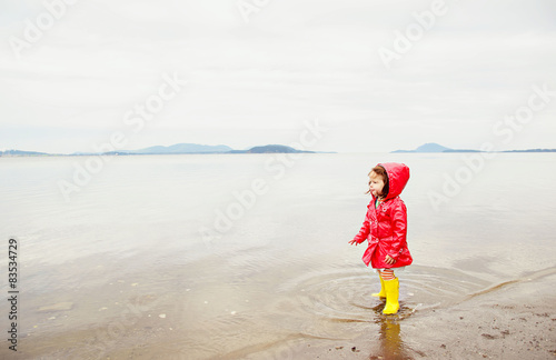 Staande foto Strand Girl on beach (2-3 years)