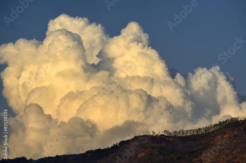 indonezja-wzgorza-i-chmury-cumulus