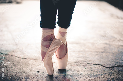 Fotografía  Low section of ballet dancer standing on pointe