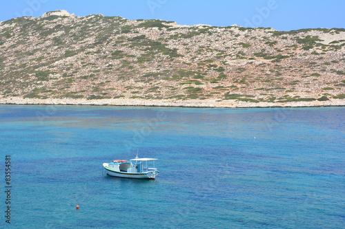 Photo barque devant l'île de Nikouria à Amorgos