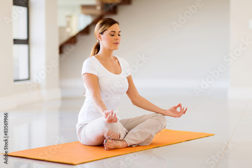 In de dag School de yoga young woman doing yoga exercise