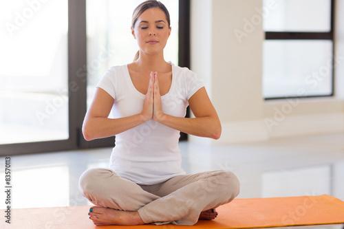Foto  Junge Frau tut Meditation