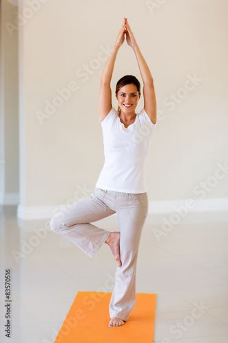 Foto  Gesunde Frau Übung macht Yoga