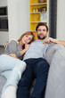 entspannte junges paar liegt zuhause auf dem sofa