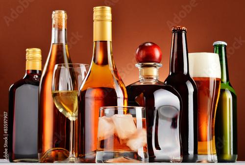 Poster de jardin Bar Bottles and glasses of assorted alcoholic beverages