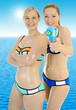 Freundinnen albern in Bikini am Meer