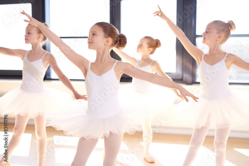 Photo Choreographed dance by a group young ballerinas