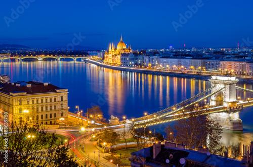 fototapeta na ścianę Budapeszt, Parlament i Dunaj węgierska na niebieskim godzinę