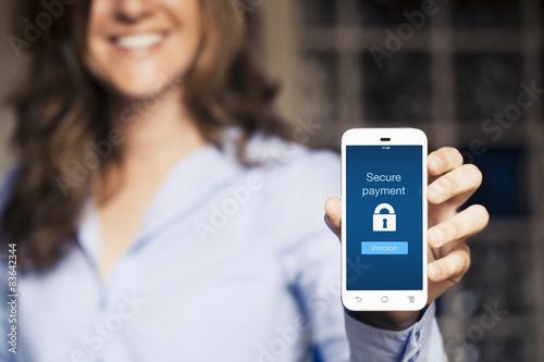 Fotografía  Mensaje de pago seguro. Mujer que muestra su teléfono móvil.