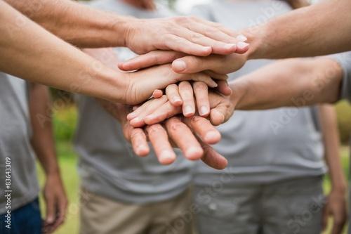Fotografía  Familia feliz de voluntarios poniendo sus manos juntas