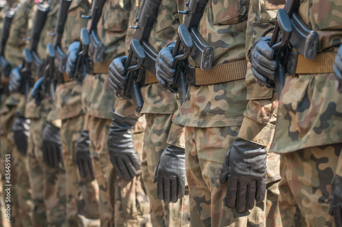 Fotografía  Desfile del ejército - soldados armados con uniforme militar de camuflaje
