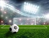 Piłka do nogi na murawie stadionu