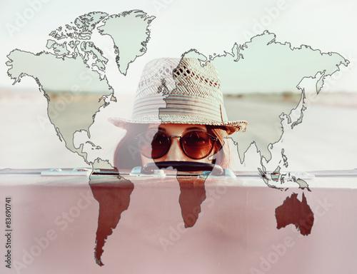 Plakat Podwójnej ekspozycji mapa świata z kobieta podróżnik