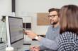 canvas print picture - geschäftsmann erklärt seiner kollegin etwas am computer