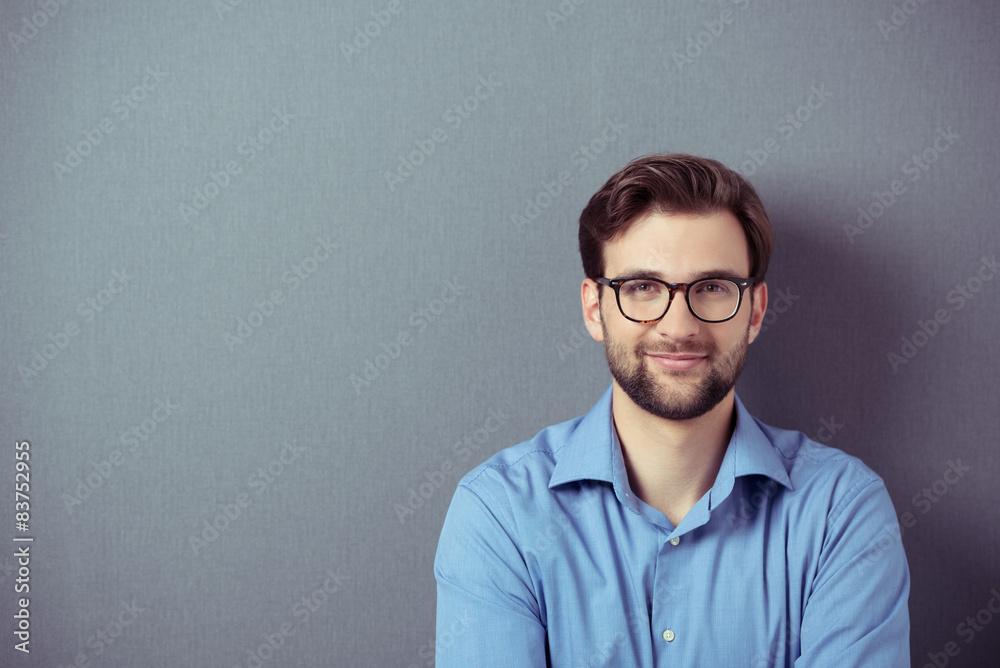 Fototapeta lächelnder mann mit brille vor grauem hintegrund