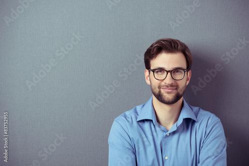 Fotografie, Obraz  lächelnder mann mit brille vor grauem hintegrund