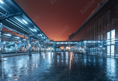 Foto auf AluDibond Bahnhof Railway station at night. Train platform in fog. Railroad