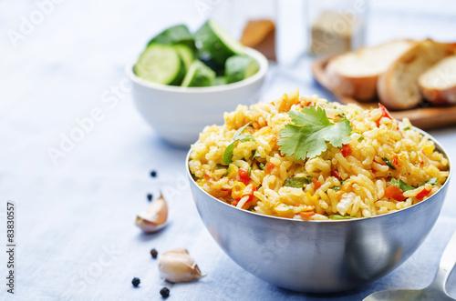 Fotografia saffron rice with vegetables and cilantro