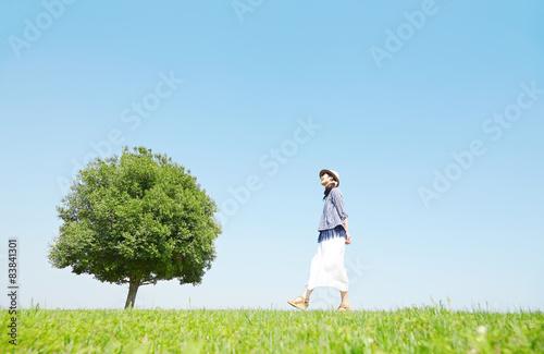 Foto  原っぱを散歩する女性