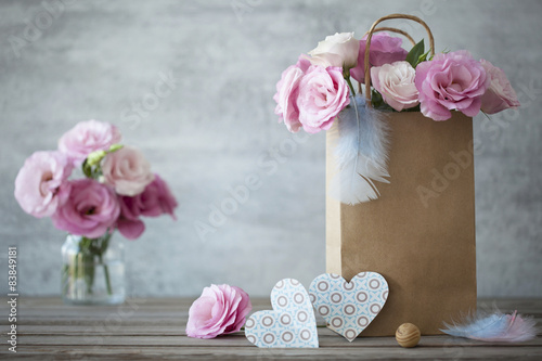 Keuken foto achterwand Retro Romantic background with roses and paper hearts