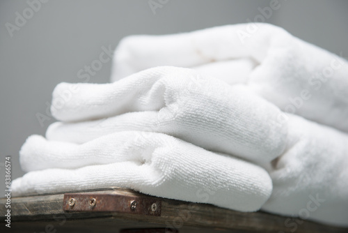 Fotografia  white towel placed on shelves in bathroom of hotel
