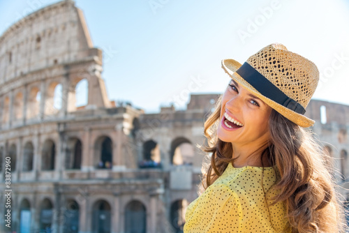 Fotografia  Portrait of laughing woman at Colosseum in Rome in summer