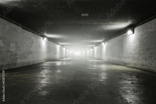 La pose en embrasure Tunnel Empty tunnel with light