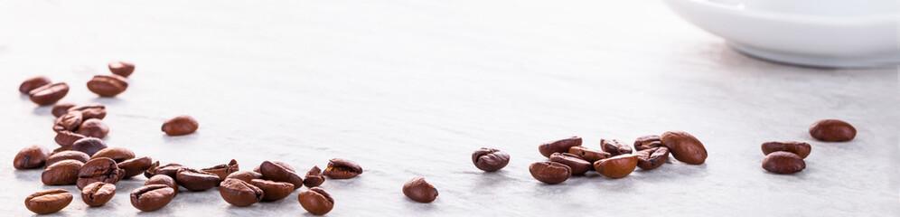Fototapeta Kaffeebohnen und Kaffeetasse auf Steinplatte