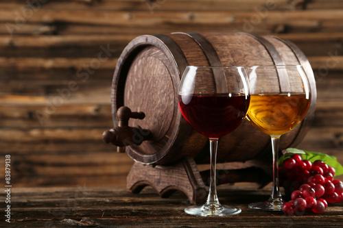 czerwone-i-biale-wino-w-przezroczystych-kieliszkach-na-tle-nieduzej-beczki