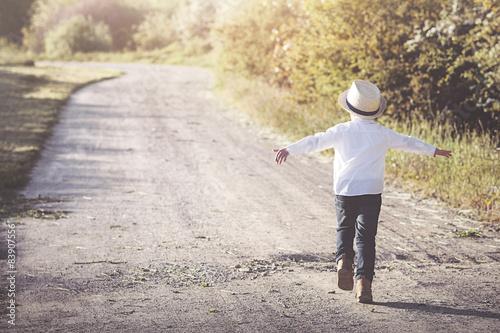 Fotografía  Niño corriendo por un Camino