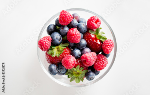 Fotografía  close up of summer berries in glass bowl