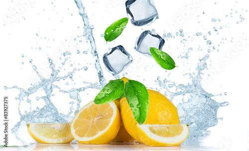cytryny-z-kostkami-lodu-i-orzezwiajaca-woda